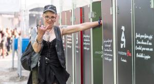 Femme devant cabine madamePee Hellfest