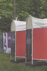 Cabine urinoires madamepee au festival We Love Green