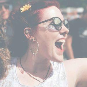 Femme pendant un festival