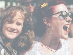 Femme porte un enfant pendant un festival