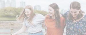 Groupe de jeunes femmes pendant un événement