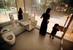 Une mère et son fils quittant les toilettes