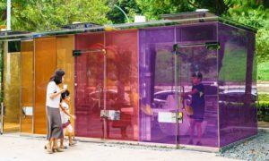 Usagers des toilettes transparentes dans un parc de Tokyo
